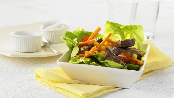 Rezept: Kopfsalat mit Gemüse und Steakstreifen