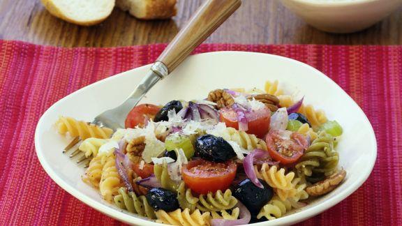 Rezept: Mediterraner Nudelsalat mit Oliven und Walnuss