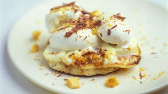 Rezept: Mini-Pfannkuchen mit Vanilleeis und Schokoraspeln