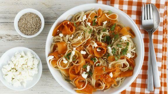 Rezept: Spaghetti mit Möhren, Schafskäse und Sesam