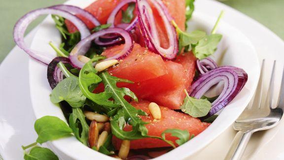 Rezept: Melonen-Rauke-Salat mit Pinienkernen