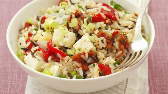 Rezept: Reis-Paprika-Salat mit getrockneten Tomaten und Schafskäse