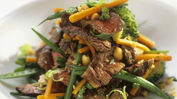 Rezept: Rindfleischsalat mit Gemüse und Erdnüssen