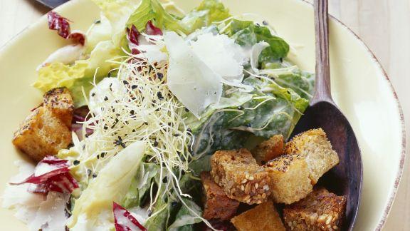 Rezept: Römersalat mit Knoblauchsprossen und Croutons