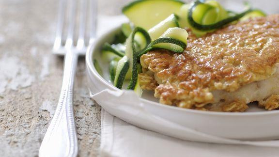 Rezept: Seebarsch mit Haferflockenmantel und Zucchinigemüse
