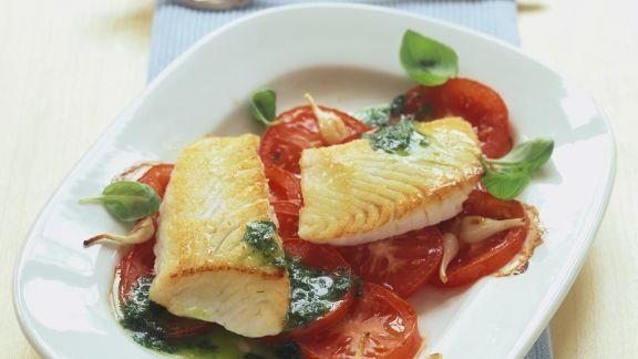 Rezept: Gebratene Seelachsfilets mit Tomaten und Kräutersoße