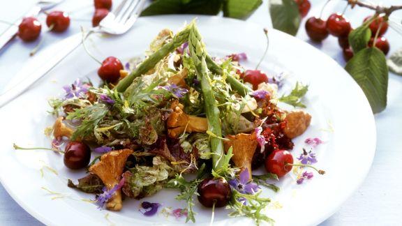 Rezept: Spargel-Pfifferlinsgssalat mit Kirschen und Essblüten