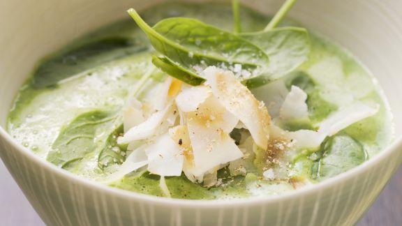 Rezept: Spinat-Knoblauch-Suppe mit Kokos-Chips