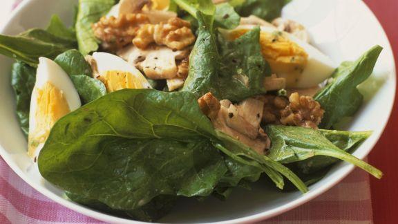 Rezept: Spinatsalat mit Ei und Walnusskernen