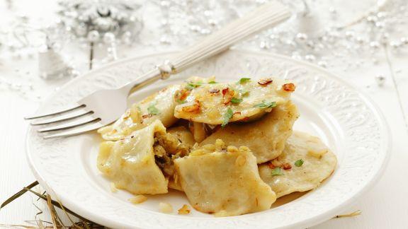 Rezept: Teigtaschen nach polnischer Art gefüllt mit Sauerkraut und Pilzen