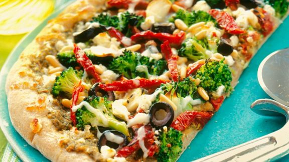 thunfisch pizza mit brokkoli und tomaten rezept eat smarter. Black Bedroom Furniture Sets. Home Design Ideas