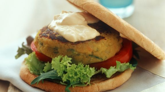 Rezept: Vegetarischer Burger mit Salat mit Hummus