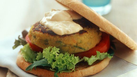 vegetarischer burger mit salat mit hummus rezept eat smarter. Black Bedroom Furniture Sets. Home Design Ideas