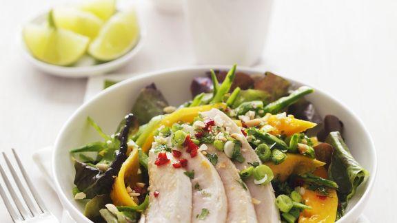Rezept: Salat mit tropischem Obst und Hähnchen