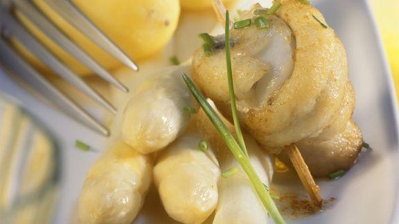 Rezept: Weißer Spargel dazu Pellkartoffeln und gebratener Scholle