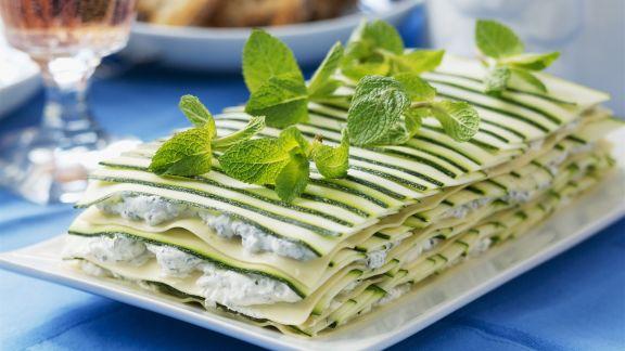 Rezept: Zucchini-Lasagne mit Frischkäse, Kräutern und Minze