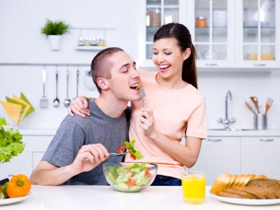Junges Paar ernährt sich gesund - 80:20-Regel