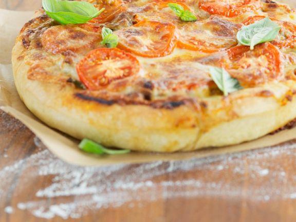 Amerikanische Pizza mit dickem Teig