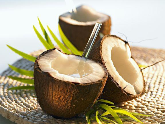 Ananas-Kokos-Milch in der Kokosnuss