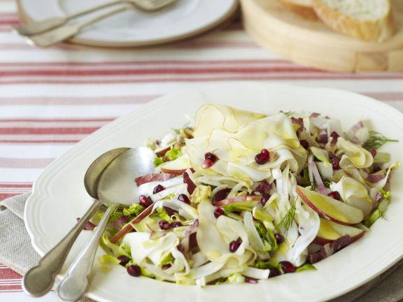 Apfel-Fenchel-Salat mit Käse und Granatapfelkernen