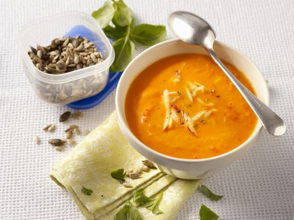 Apfel-Paprika-Suppe mit gerösteten Kernen