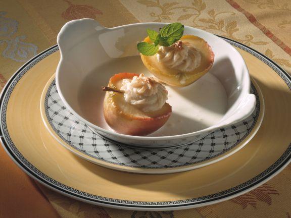 Apfelhälften mit Marzipan und Eissauce