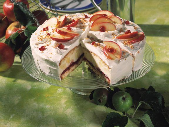 Apfelsahne-Torte mit Preiselbeeren