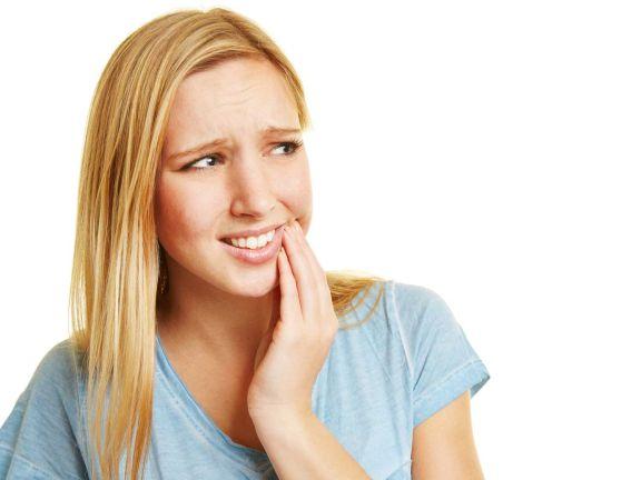 Aphthen: Junge Frau hat Schmerzen am Mund