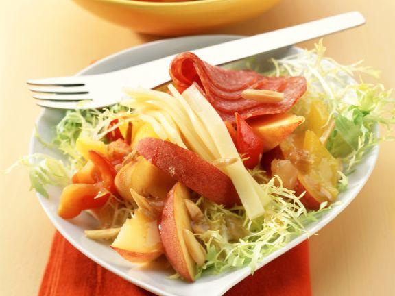Aprikosen-Pfirsich-Salat mit Käse und Salami