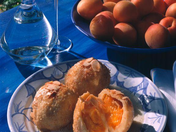 Aprikosenknödel mit Weinschaumsauce