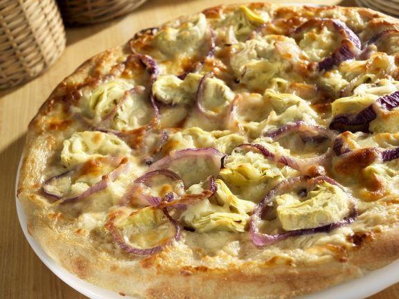 Artischocken-Pizza mit roten Zwiebeln