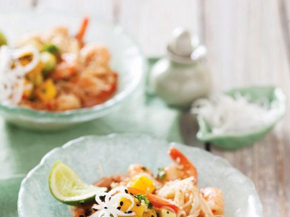 Asia-Nudeln mit Garnelen und Mango-Salsa