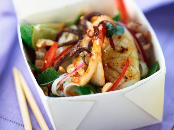 Asia-Nudeln mit Gemüse und Meeresfrüchten