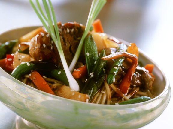 Asia-Nudeln mit Schweinefleisch und Gemüse
