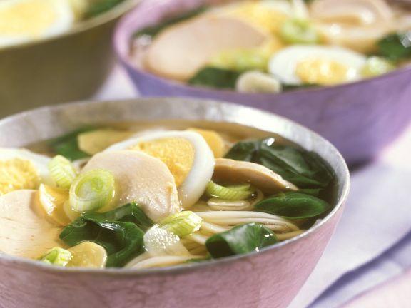 Asia-Nudelsuppe mit Ei und Spinat