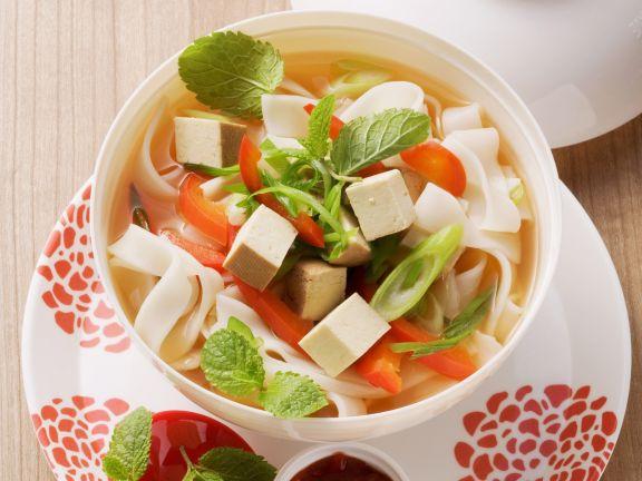 asia suppe mit reisnudeln paprika und tofu rezept eat smarter. Black Bedroom Furniture Sets. Home Design Ideas