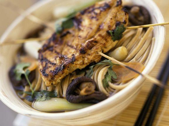 Asiaitische Nudelsuppe mit Hähnchenbrust