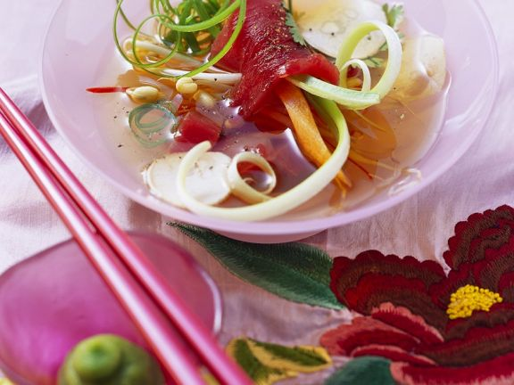 Asiasuppe mit Gemüse und Thunifsch
