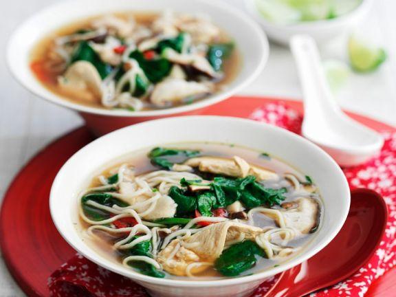 Asiasuppe mit Spinat, Chili und Nudeln