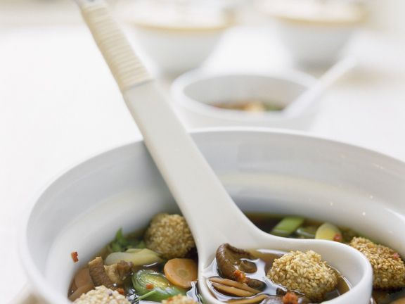 Asiatische Gemüsesuppe mit Fischklößchen