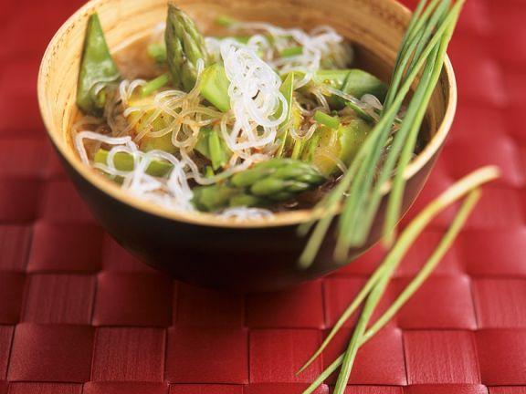 Asiatische Gemüsesuppe mit Glasnudeln