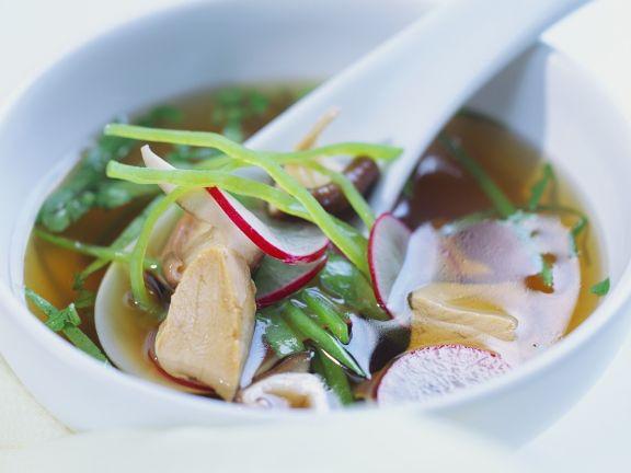 Asiatische Gemüsesuppe mit Hähnchen