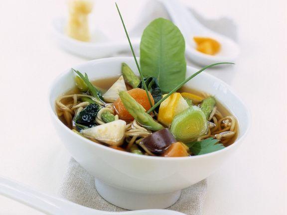 Asiatische Gemüsesuppe mit Nudeln