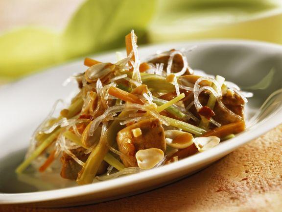 Asiatische Glasnudelpfanne mit Schweinefilet und Erdnüssen