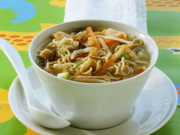 Asiatische Nudel-Hähnchensuppe