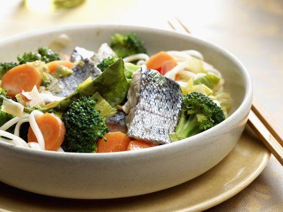 Asiatische Nudeln mit Barsch, Broccoli und Möhren