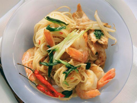 Asiatische Nudeln mit Gemüse und Krabben