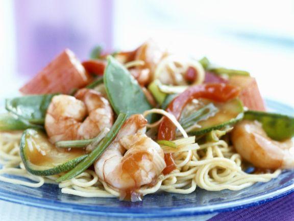 Asiatische Nudeln mit Gemüse und Shrimps