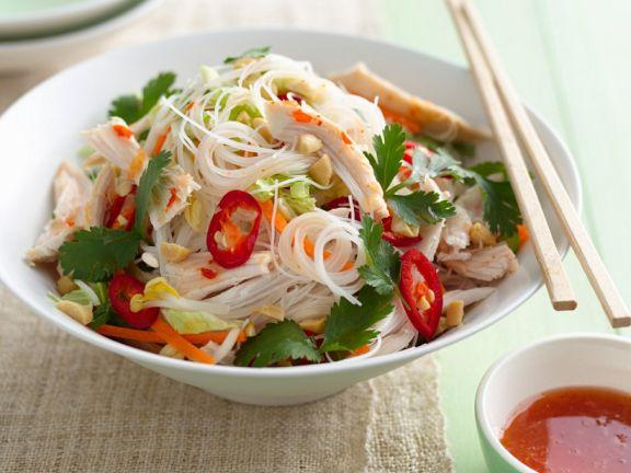 Asiatische Nudeln mit Huhn, Chili und Koriander