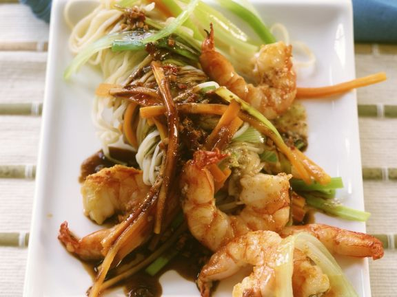 asiatische nudeln mit porree und scampi aus dem wok rezept eat smarter. Black Bedroom Furniture Sets. Home Design Ideas